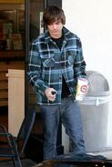 79696 Zac Efron at Robek Juice in Hollywood CU ISA 15 122 10