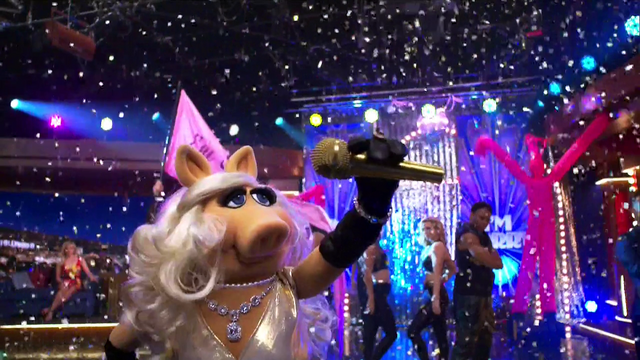 File:TheMuppets-S01E05-PiggyMicDrop.png