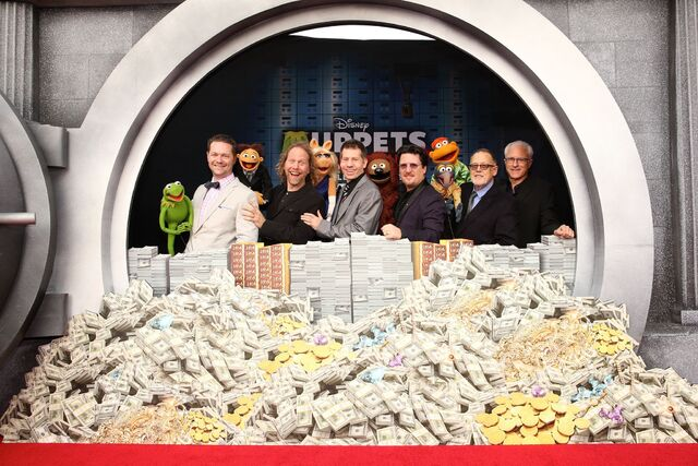 File:Muppeteers at MMW premiere.jpg