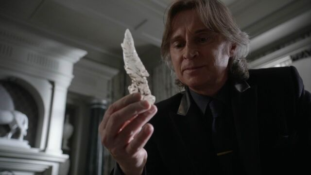 File:Once Upon a Time - 5x21 - Last Rites - Gold Crystal.jpg