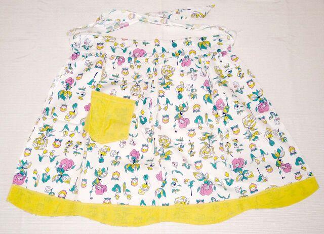 File:Feedsack flowers white apron blog.jpg