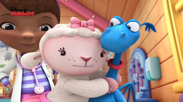File:Lambie hugging stuffy.jpg
