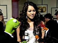 Miley Cyrus with Kermit and Pepe
