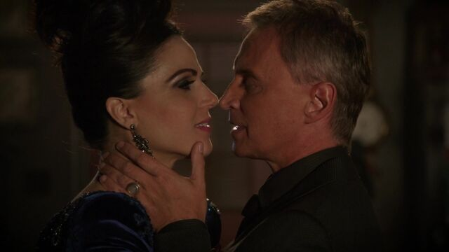 File:Once Upon a Time - 6x08 - I'll Be Your Mirror - Gold and Evil Queen.jpg