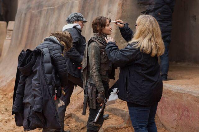 File:Felicity Jones on the set of Rogue One 2.jpg