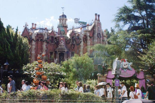 File:Haunted Mansion Holiday at Tokyo Disneyland.jpg