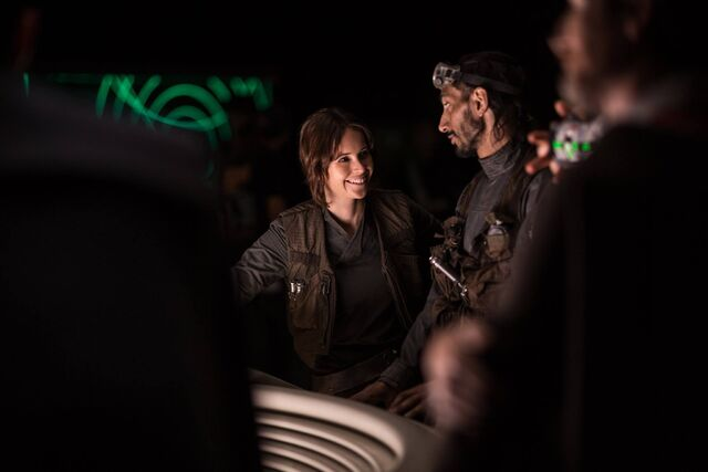File:Felicity Jones on the set of Rogue One 4.jpg