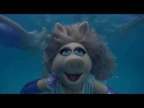 File:Miss Piggy Swimming 1.jpg