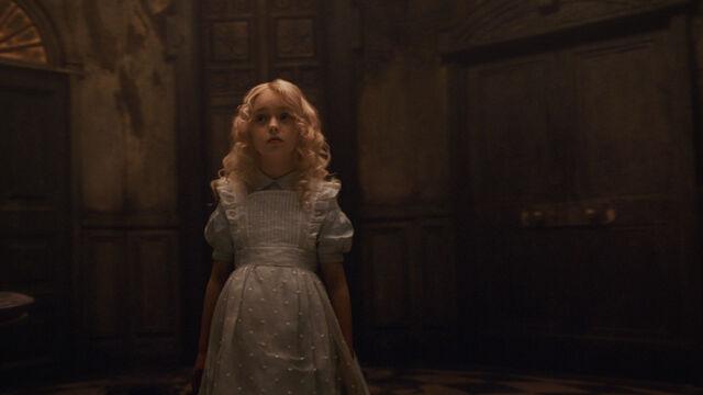 File:Tim Burtons Alice in Wonderland 24.jpg
