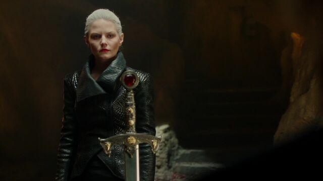 File:Once Upon a Time - 5x05 - Dreamcatcher - Emma and Excalibur.jpg
