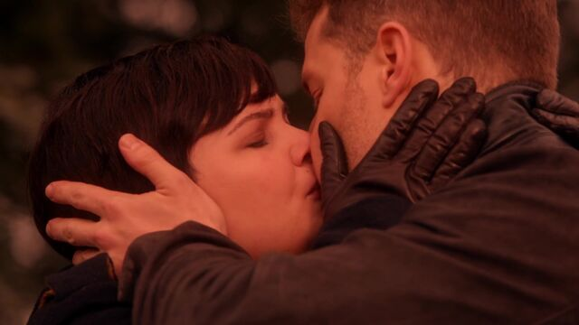 File:Once Upon a Time - 5x18 - Ruby Slippers - MAry Margaret and David Kiss.jpg