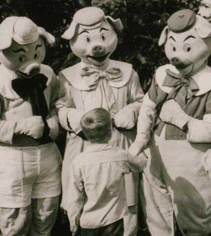 File:ThreeLittlePigs1955Disneyland.jpg