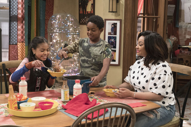 File:Raven's Home - 1x04 - The Bearer of Dad News - Photography - Nia, Booker and Raven.jpg