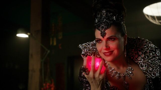 File:Once Upon a Time - 5x23 - An Untold Story - Evil Queen with Heart.jpg