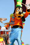 Goofy as a drummer in disneyland