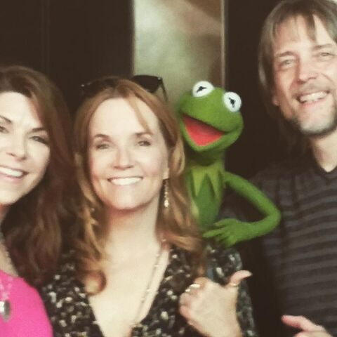 File:Amy Pietz, Lea Thompson, Kermit, Steve Whitmire.jpg