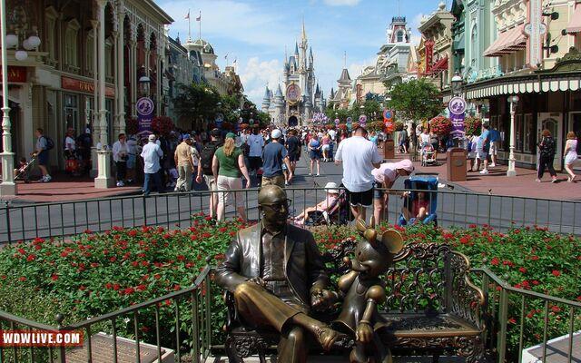 File:Roy-disney-minnie-mouse-statue-1-10.jpg