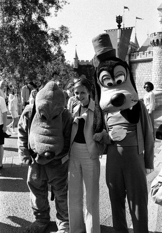 File:Twiggy-with-Goofy and Pluto.jpg