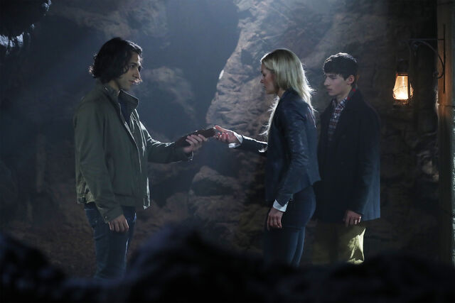 File:Once Upon a Time - 6x05 - Street Rats - Photography - Aladdin, Emma and Henry.jpg
