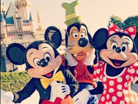 File:Disneyland-character-mickey-mouse-goofy-minnie-2.jpg