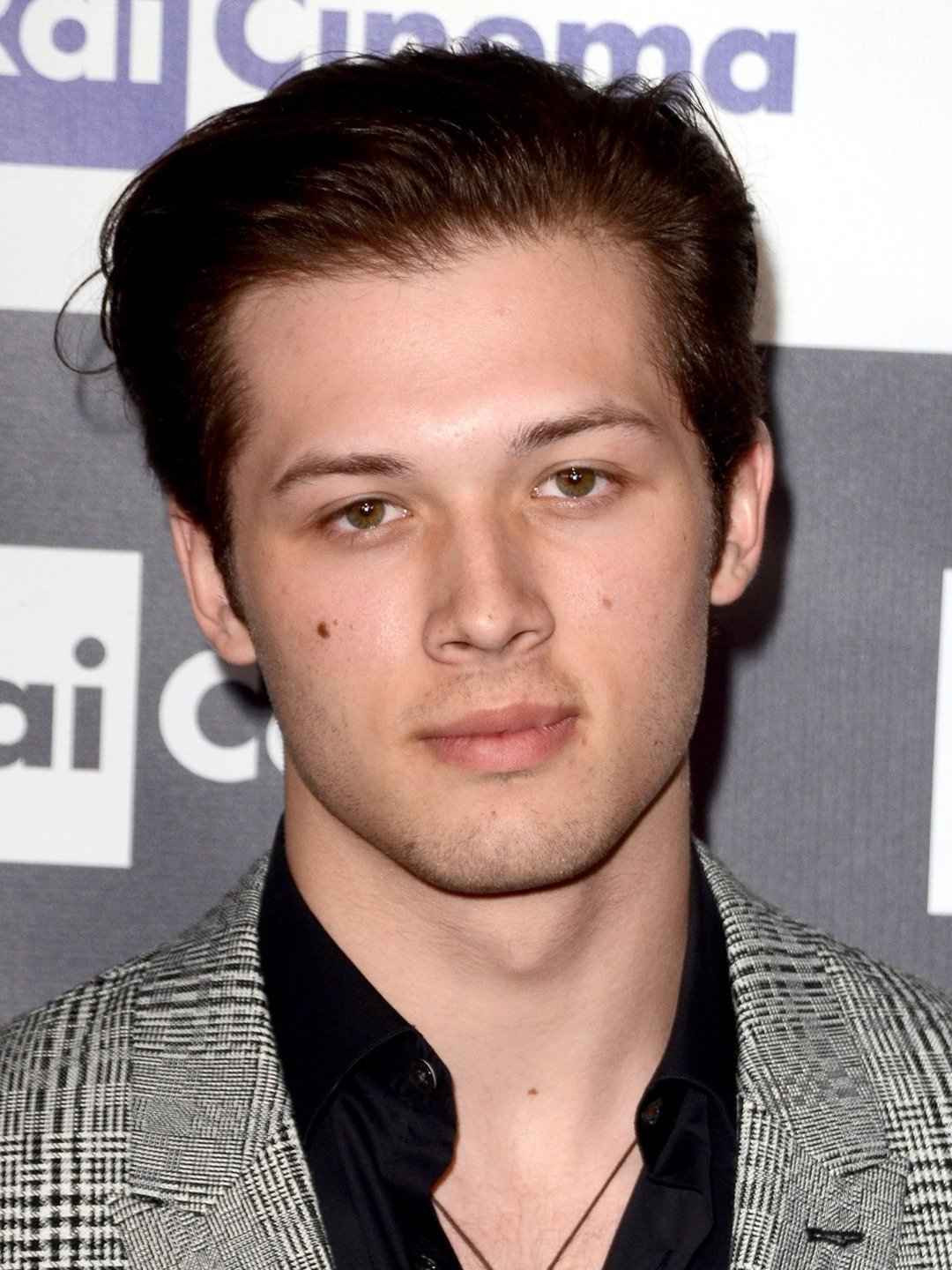 leo howard height