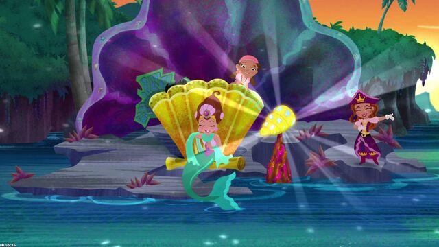 File:IzzyQueen Coralie& Pirate Princess-Trading Treasures.jpg