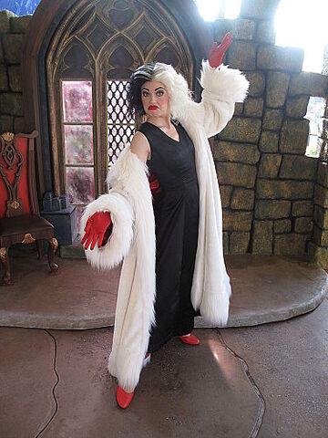 File:Cruella De Vil HKDL.jpg