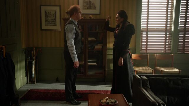 File:Once Upon a Time - 6x05 - Street Rats - Archie and Evil Queen.jpg