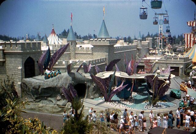 File:Original Alice in Wonderland Attraction 1.jpg