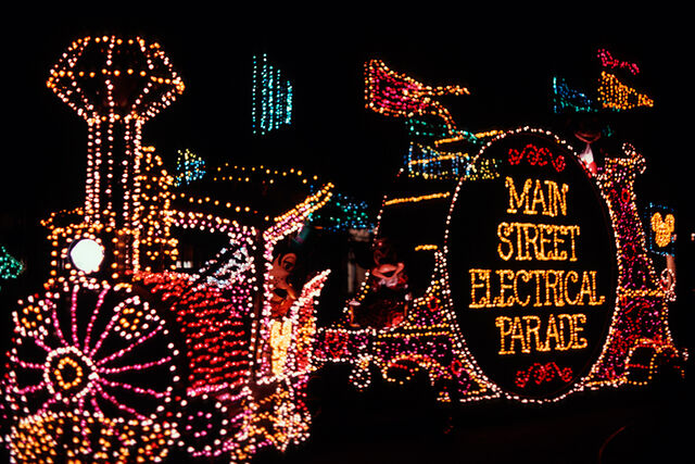 File:Main Street Electrical Parade (MK).jpeg