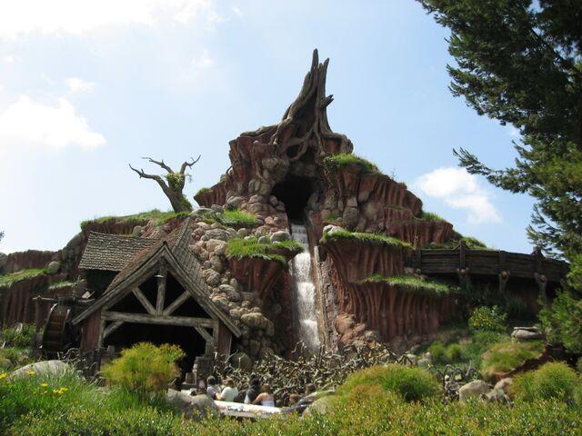 File:Splash Mountain Exterior Disneyland Park.jpg