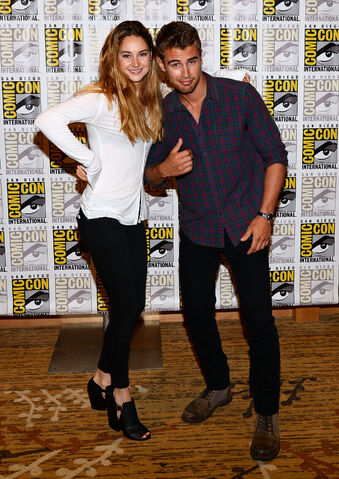 File:-Divergent-Panels-Comic-Con-2013-Day-1-July-18-2013-theo-james-35307776-2124-3000.jpg