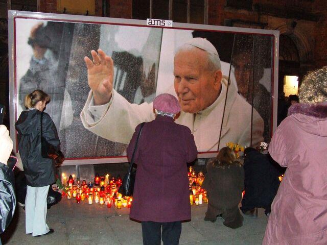 Plik:Wrocław msza rocznica smierci papieża pod plakatem.jpg