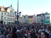 Wrocław msza rocznica smierci papieża ludzie.jpg