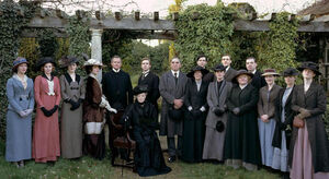 Downton Abbey s1 cast photo under trellis