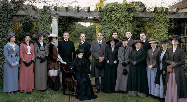 File:Downton Abbey s1 cast photo under trellis.jpg