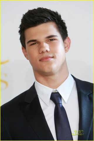 File:Taylor-lautner-cfda-fashion-02-580x867.jpg