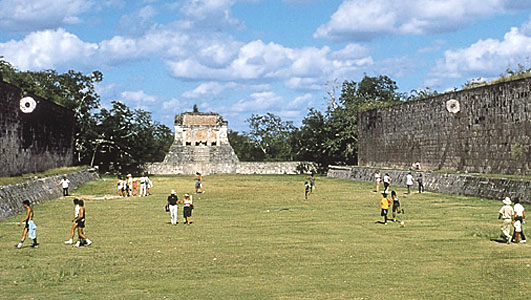 File:Ball crt w people - Chichén Itzá.jpg