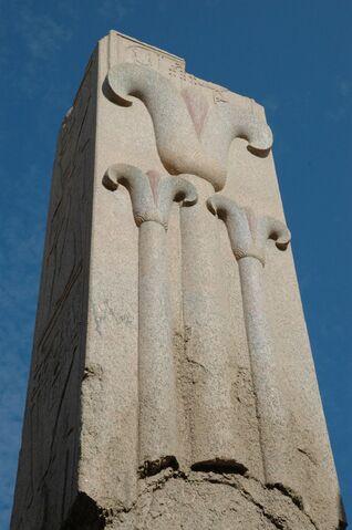 Plik:Tempio di Karnak pilastro con fiori di loto.jpg