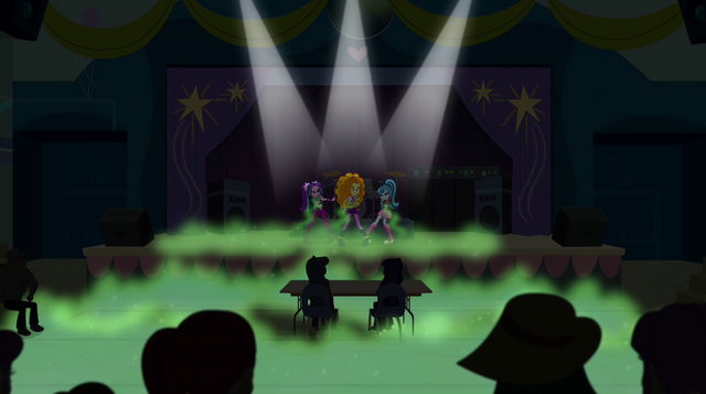 Arquivo:The Dazzlings on Mane Event stage (new version) EG2.png