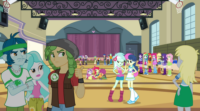 Arquivo:Bands congregate in the gymnasium EG2.png