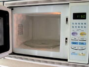 800px-Microwave oven (interior)