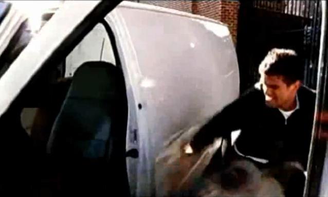 Archivo:Grand Theft Auto 2 The Movie - Claude robando la furgoneta.png