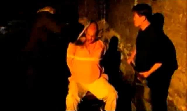 Archivo:Grand Theft Auto 2 The Movie - El jefe Yakuza torturando al Krishna.png