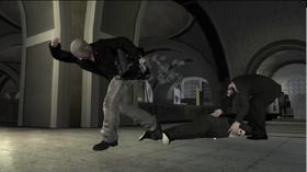 Johnny escapando con el dinero mientras Isaac recoge los diamantes.