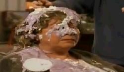 La Sra. Mason con el púding en la cabeza.PNG
