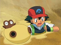 Archivo:EP534 Ash e Hippopotas enterrados en la arena.png