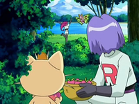 Archivo:EP542 James y Meowth observando a Jessie.png