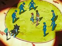 Archivo:EP528 Policías rodeando a Ash, Maya y Brock.png