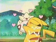 EP153 Togepi abrazando a Pikachu.jpg